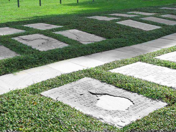 In Frankrijk zijn in de Eerste Wereldoorlog 930.000 Duitse soldaten om het leven gekomen. Van hen rusten 771.000 op 192 Duitse begraafplaatsen in Frankrijk. Een aantal van 461.000 is begraven in afzonderlijke graven en 294.000 in massagraven (Kameradengräbern). Een aantal van 16.000 ligt begraven op militaire kerkhoven van andere naties of op Franse burgerbegraafplaatsen.