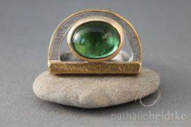 http://nathalieheidtke.de/  Mittelfinger-Ring aus 950er Silber, brasilianischer Turmalin mit lebendigem Einschlussbild, Gewicht 6,62 Ct. oval: 10,5 x 13,6 mm. Gefasst in 750/- Gelbgold.
