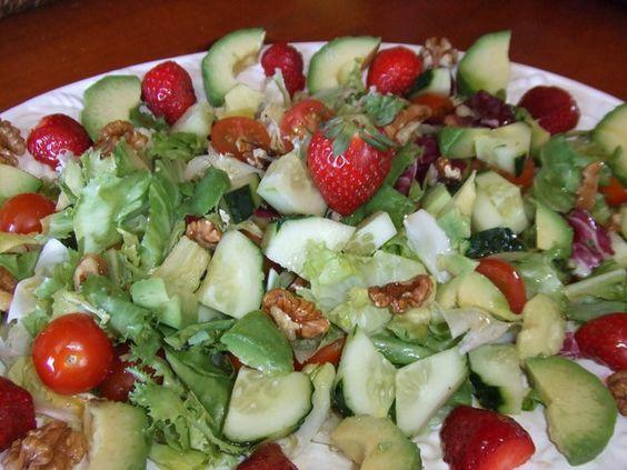 Ensalada con aderezo de aceite de cacahuete y lima. Ver receta: http://www.mis-recetas.org/recetas/show/43322-ensalada-con-aderezo-de-aceite-de-cacahuete-y-lima
