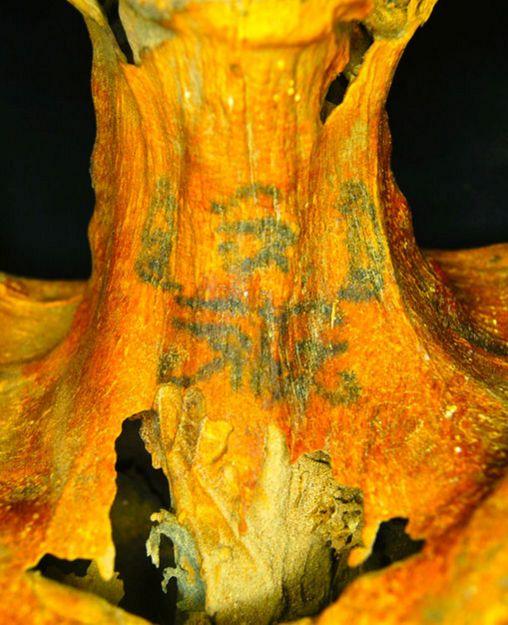 Grâce à la découverte d'une momie vielle de 3300 ans en Egypte, des chercheurs ont remarqué que les Égyptiens se tatouaient le corps pour montrer publiquement leur adoration des dieux.