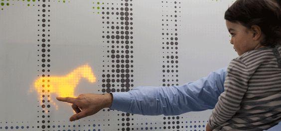 Un hôpital propose un mur lumineux pour calmer les enfants avant une opération. Le mur de 50 mètres de long se situe avant l'arrivée d'un enfant en salle d'opération. L'installation est conçue pour créer un itinéraire calmant l'enfant avant de débuter une opération. A travers ce mur numérique et interactif, des visuels animés défilent et représentent des animaux. Les capteurs situés dans le plafond détectent des mouvements, incitant ainsi les patients à interagir avec le mur.