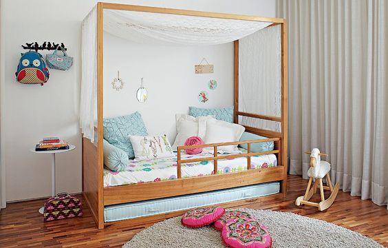 Projetada pela arquiteta Carolina Rocco, a cama estilo princesa possui dossel - e futon para convidadas especiais