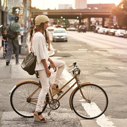 Fahrradhelm-Damen-stylisch-schön-beige-Cityfahrrad