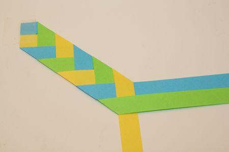 Un marcapáginas con cintas de papel. Con tutorial foto a foto, Ideal para hacer con niños. Paper braid bookmark