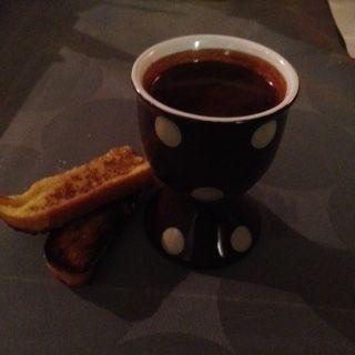 Pour 4 personnes : 4 oeufs 50g sucre 50cl lait 125g de chocolat noir Poulain 40cl crème liquide 2 ou 4 baguettes viennoises, selon la longueur Ôtez le chapeau des oeufs avec un claque-oeuf (c'est beaucoup plus net) ou alors avec une cuillère. Videz les...