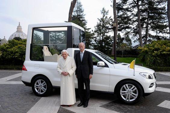 Übergabe: Papst Benedikt XVI. (links) bekommt den Mercedes-Papamobil von Daimler-Chef Dieter Zetsche...