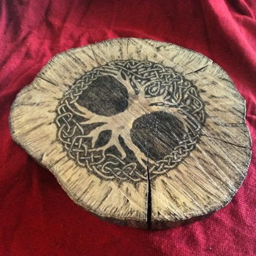 Árbol de la vida celta Pirograbado sobre una pieza de tronco de årbol de 32x27x3 cm