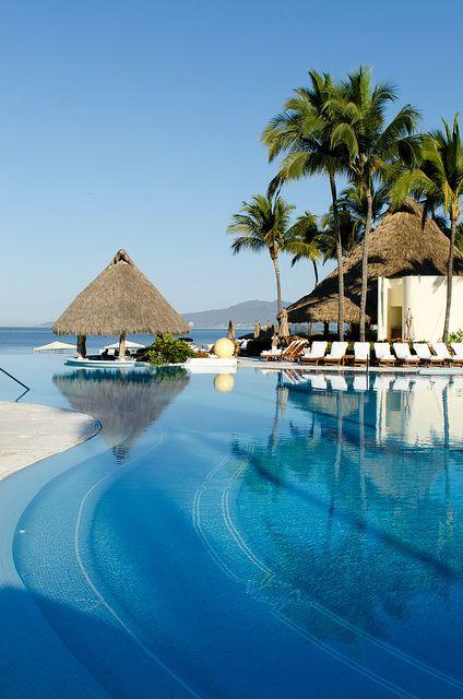 Infinite pool with swim up bar