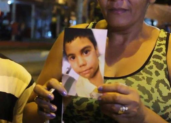 Polícia usa bomba de gás contra protesto após morte de criança no Alemão Em clima tenso, policiais repreenderam manifestantes; Polícia Civil investiga morte de Eduardo de Jesus Ferreira, 10 ano