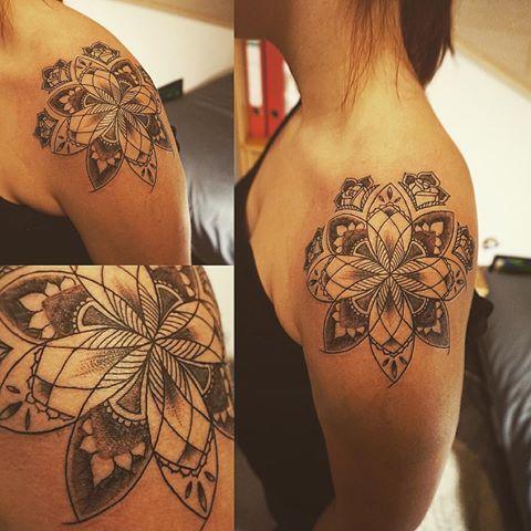 Frauen schulter tattoo Tattoo Schulterblatt