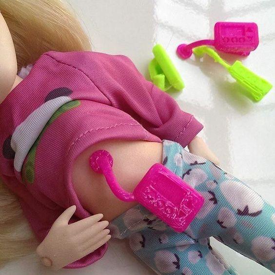 Que tal uma boneca que usa bomba de insulina?  A #makies produziu bonecos e bonecas com bengalas aparelhos auditivos óculos bomba de insulina cão-guia e cadeira de rodas. A coleção foi desenvolvida depois da marca ouvir pais que relataram enfrentar dificuldades para ensinar as crianças a aceitarem e entender deficiências quando não são representadas em bonecas brinquedos e desenhos animados. Por isso a Makies fez uma campanha #toylikeme para empoderar as crianças com alguma deficiência. Assim fi