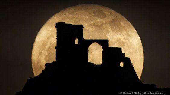スーパームーンとは? 月が地球に最も近づいた時、最も満月や新月の形をした月の姿および現象のこと。 また通常の満月の大きさよりも16%、明るさも30%増大して見えるのがスーパームーン! 月の軌道は完全な円を描くような起動ではなく、楕円形を描きながら27日と7時間43分かけて公転している。 そのため、最も地球に近づく地点(近地点)や、最も遠ざかる地点(遠地点)ができる。 最も地球と月が近づく地点の距離は36.3万km。最も離れる地点の距離が40.5万km。 平均すると約38万km離れた所で月は地球の周りをまわっている。 今回は35万6,991kmまで近づくので見え方はだいぶキレイに見られるはず! スーパームーンには3つのジンクスがある? 1.出産率が上がる! 昔から満月や新月の時に赤ちゃんが生まれやすいと信じられ、月の満ち欠けに影響されると言われてきた。 実際にアメリカのアーノルド・L・リーバー博士の研究では「増加する」という発表が出ているのだ!…