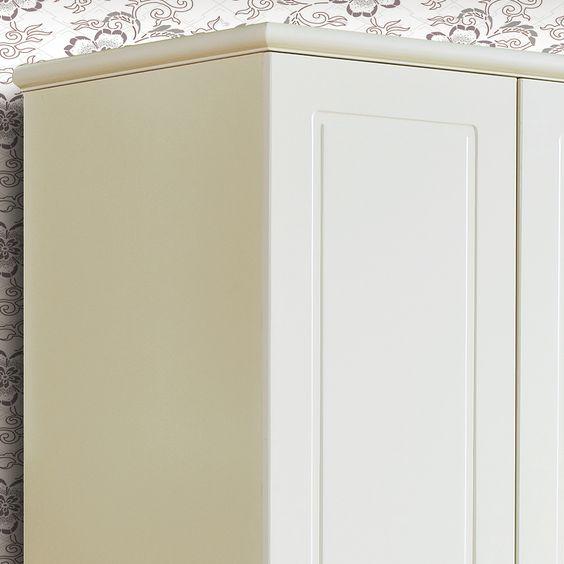 Угол прямоугольного детского шкафа белого цвета