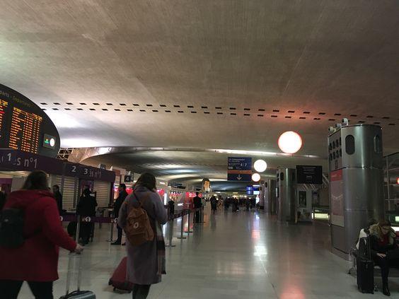 Внутри парижского аэропорта