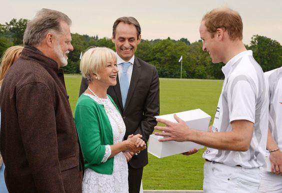 Pin for Later: Célébrités et Famille Royale, Lorsque Deux Mondes Se Rencontrent  En Juin 2014, Helen Mirren a participé à l'Audi Polo Challenge à Ascot, en Angleterre, où elle a rencontré le Prince William.
