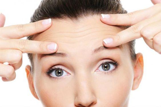 Las odiosas arrugas ocurren porque, cuando el cuerpo va envejeciendo, los niveles de elastina y colágeno de la piel disminuyen. Pero las arrugas en la frente, al lado de los labios o alrededor de los ojos pueden aparecer a una edad joven como líneas de expresión, y eso se debe a causas como deshi