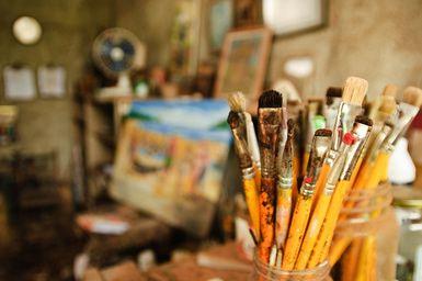 Cómo ser artista y vivir del arte: Foto del taller de un artista.
