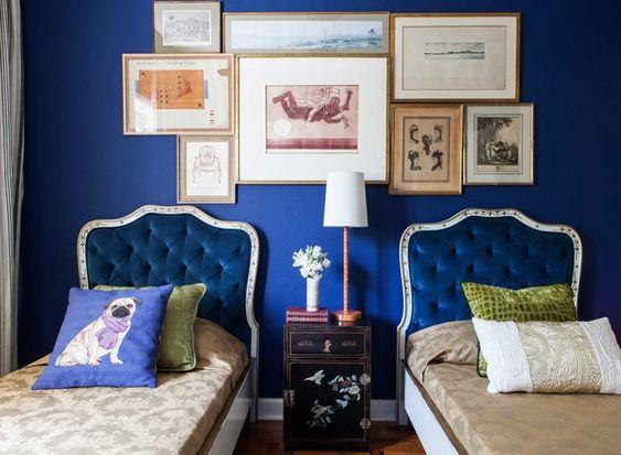 Estas camas dos anos 1950 têm cabeceira de veludo azul e o mesmo tom serviu de base para a parede neste projeto do arquiteto Paulo Carvalho (Foto: Edu Castello e Lufe Gomes/Casa e Jardim)
