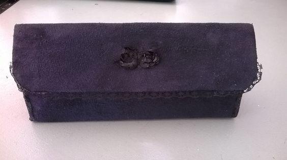Petite pochette rigide. Fermée par une pression ou un scratch, l'intérieur est doublé en tissus. Plusieurs coloris disponibles