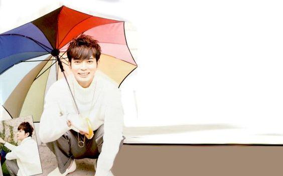 傘をさしている松本潤