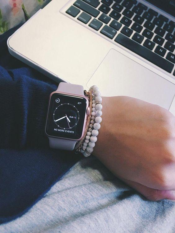 Frau mit Apple Smartwatch Series 5 laptop und Armband
