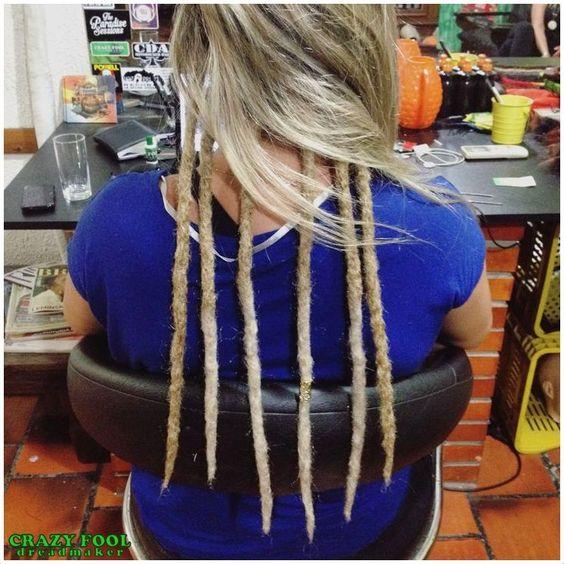 Dreads em tons loiros nos cabelos de Evelyn de Porto Alegre/RS