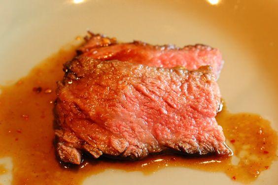 絶妙にサシが入った和牛。個人的には、シンプルに塩で食べるのもオススメ