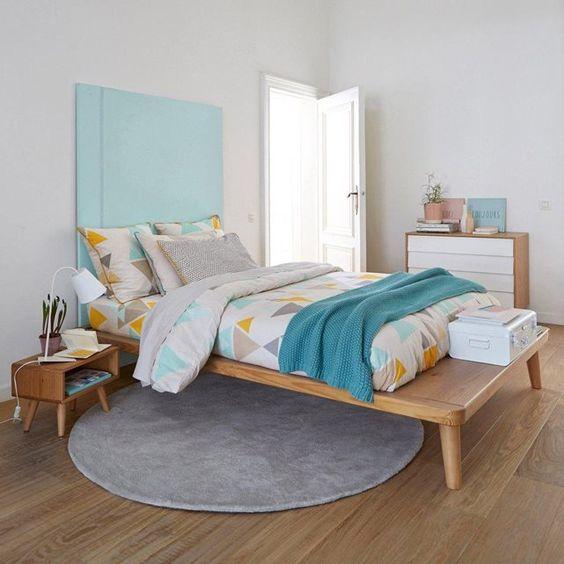 Le lit plateforme pin massif + sommier, Jimi. Esprit vintage et scandinave avec son bois clair et ses pieds fuselés typiques des années 50, ce lit possède un plateau en débord positionnable en tête de lit pour poser lampe de chevet, livres, réveil ou en bout de lit pour poser boutis, oreillers, couvertures…