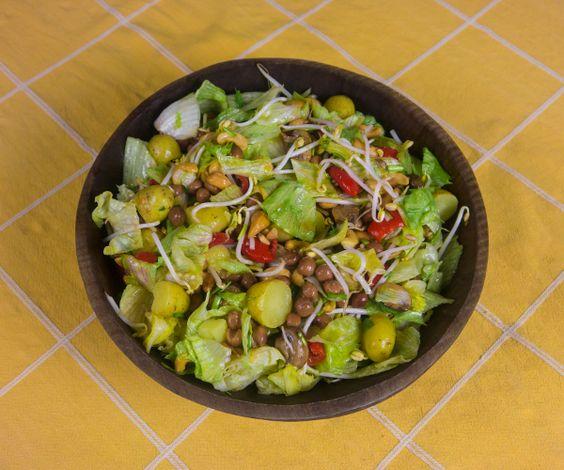 Salade van sla, taugé, kastanjechampignons, zoete rode pepers met kapucijners, cashewnoten en krieltjes   www.Alternatief-Idee.net
