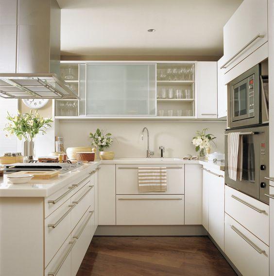 SANTOS kitchen | Diseño Alpina, fabricado porSantose instalado por BFM Cocinas. Taburetes deMagis. Suelo de roble. Fuente: http://www.elmueble.com/articulo/cocinas_y_banos/3097/cocinas_pequenas_bonitas_practicas.html#gallery-3