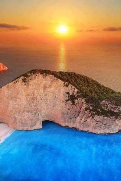 船でしか訪れることができないと言われているナヴァイオビーチはギリシャ一美しいビーチと言われている。ギリシャ観光・旅行の見所を集めました!