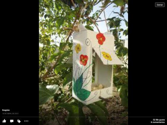 Comedero para pájaros con cartón de jugo