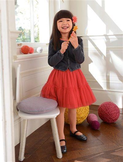 Wunderschön festlich: Der Mädchen Cardigan von Vertbaudet lässt sich prima mit dem Volantrock aus Plümetistüll kombinieren.