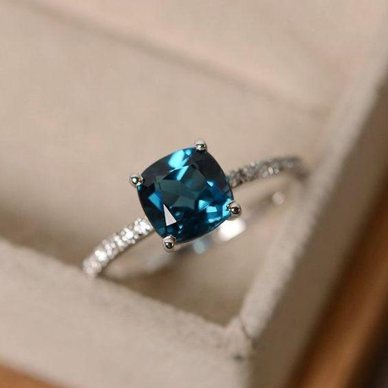 Хей, намерих това наистина страхотно Etsy listing на адрес https://www.etsy.com/listing/289197769/london-blue-topaz-ring-blue-gemstone
