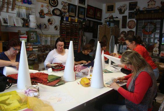 Ana, Soninha, Glória, Vera, Odete e Melisa concentradas fazendo arte.  Ana Dolores registrando os projetos no Atelier.