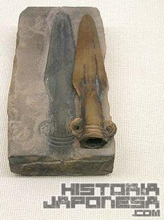 Punta de lanza de bronce y su molde correspondiente