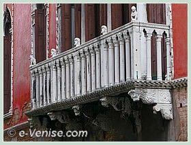 Le balcon du Palazzo Bragadin Carabba à Venise sur la façade sur le rio de San Lio, dans le sestier du Castello