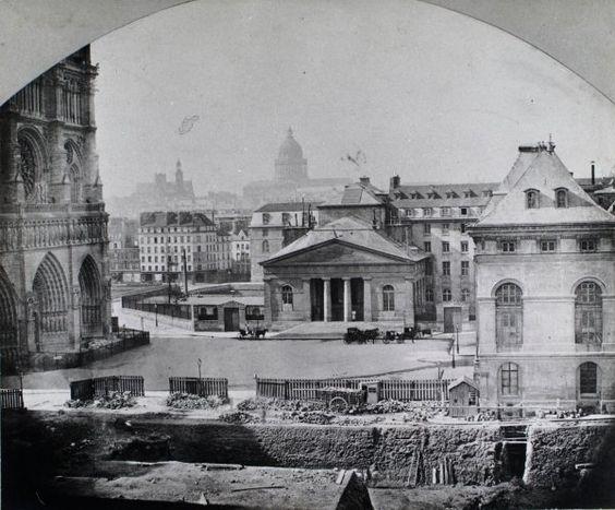Expropriations pour la caserne de la Cité, 1860 Ci-dessus, une vue anonyme du parvis Notre-Dame en 1868. Au premier plan, le chantier du nouvel Hôtel-Dieu. À droite, l'administration de l'Assistance publique, ancien hospice des Enfants-Trouvés.