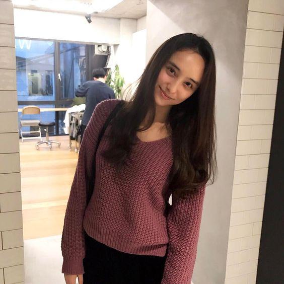 石田ニコルのセーター