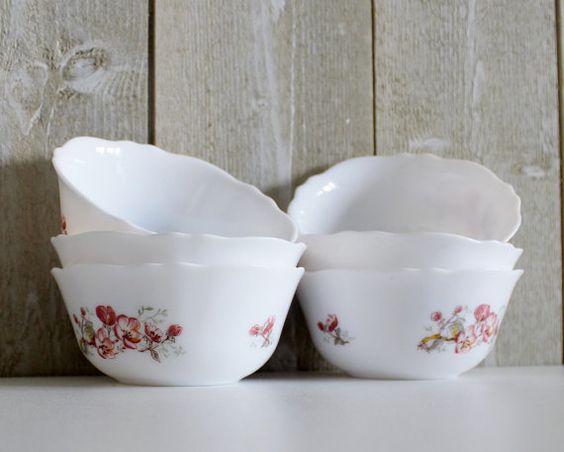 Bonjour,  Ce lot de 6 bols petits ramequins arcopal avec une belle floral rose et rouge rose design. Les jantes sont festonnés.  Vous pouvez l'utiliser pour les fruits, dessert, sauce.  ARCOPAL est une marque de vaisselle française très populaire dans les années 60 - 70  s, à laide dopale blanche pour la fabrication de leurs produits.  Ils sont lavable en machine, résistant aux chocs et aux changements de température.  En très bon état vintage.  Dimensions ∅ 12 x 5,5 cm / / ∅ 4 3/4 et 2 1/8…
