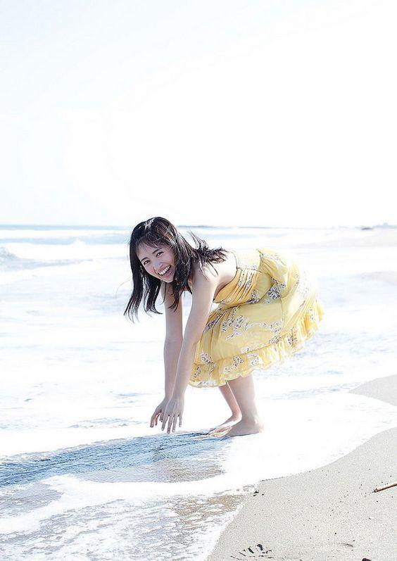 海に手をつけようとする逢田梨香子