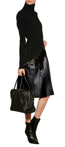 Ein asymmetrisch verlaufender Zip und der Faltenrock aus Leder versehen das elegante Woll-Dress von Vionnet mit subtiler Punk-Attitüde #Stylebop