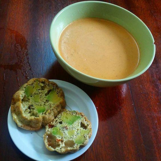 Almoço teve sopa cremosa de frango e muffin de avocado (a sopa fiz com frango caldo caseiro cream cheese natas e especiarias) .  For lunch 1 avocado muffin and creamy spicy chicken soup . #foodporn #xomimimi #lchf #realfood #compartilhesabor  #pratiquesaude  #viversaudavel #fitfood #fxmed #amominhadieta #lowcarb #instahealthy #healthy #foodlelicious #eatclean #gourmetlight #healthylifestyle#DesafioDrBarakat4life #healthyfood #instafitfood #estilodevida #coffeelover #healthyrecipes…