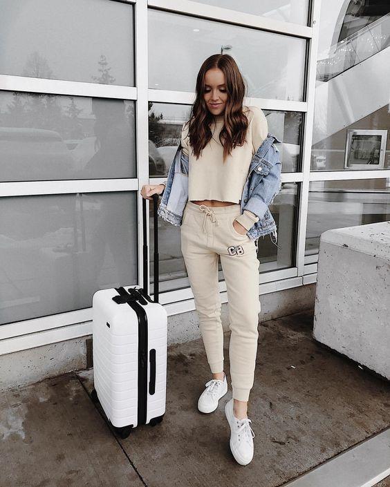 La comodidad debe primar en tus outfits a la hora de viajar.