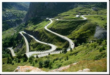 la route plonge vers la vallée de Susa dans le Piémont.italie