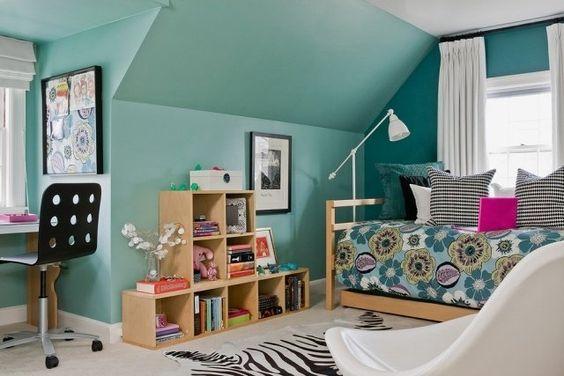 chambre ado fille turquoise avec literie et coussins à motifs