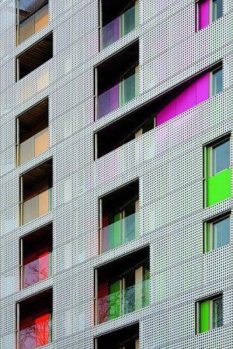 Ah ça continue… visite, visite… J'ai toujours aprécié les visites de bâtiment…l'architecture, ça se visite … Donc je continue avec mon tour des couleurs du 12 èm…