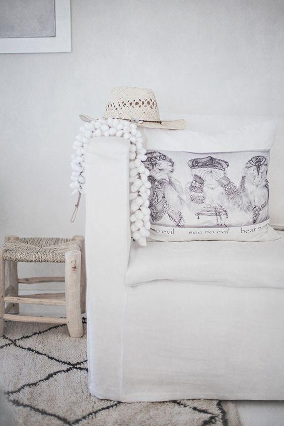 salon minimaliste en nuance de blanc gris avec canape With nettoyage tapis avec canapé minimaliste
