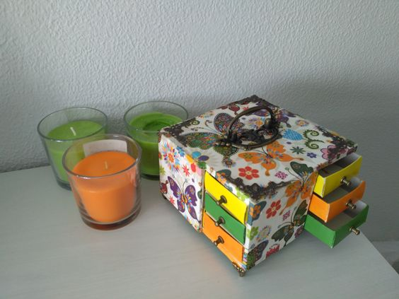 joyero realizado con cajas de cerillas y cartón pluma, decorado con servilletas decoupage y pintado a mano