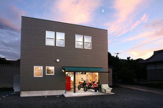 趣味のバイク用に一階部分にガレージを設けたコンパクトで、すっきりとした箱形の家です。 高気密・高断熱のFP工法で建てられいるため、一年中春のように快適に過ごすことが出来ます。 趣味を取り入れて楽しく、暮らし心地よい家に仕上がりました。